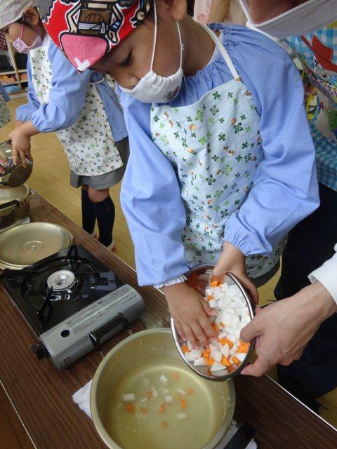 野菜を鍋へ